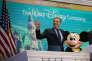 Le PDG de Disney, Bob Iger, et la mascotte Mickey Mouse lors de l'ouverture de la Bourse de New York (NYSE), le 27 novembre.