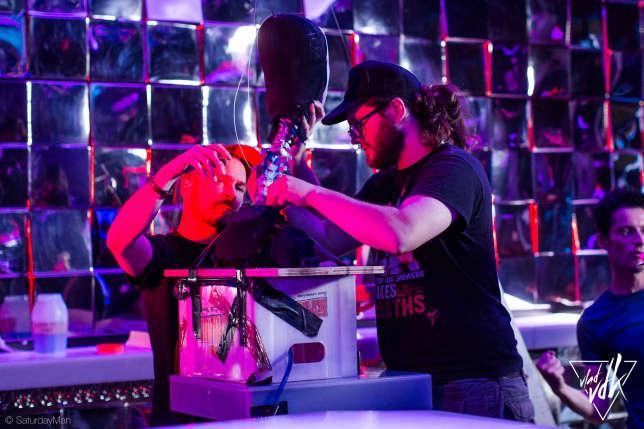 Une équipe professionnelle s'occupe des effets spéciaux sur le tournage de SaturdayMan, en juillet 2016.