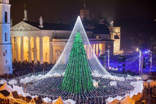 Sur la place de la cathédrale, un sapin aux 50 000 ampoules.