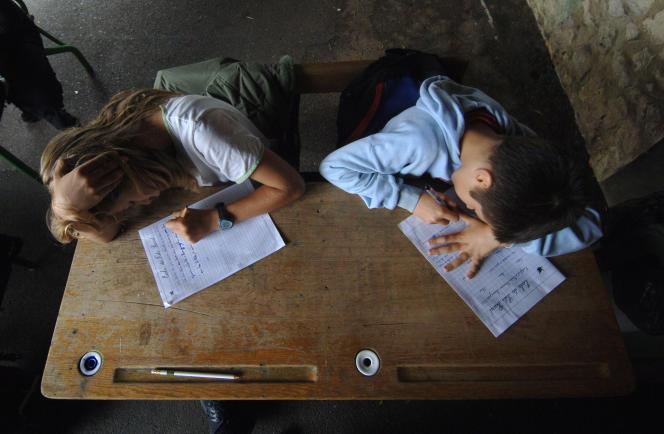 Des élèves de CM2 de l'école primaire du Puits-Picard, à Caen, écrivent une dictée.
