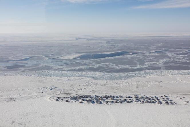 Le village de Kivalina est situé sur une île de sable entourée d'un lagon d'un côté et de l'océan Arctique de l'autre.