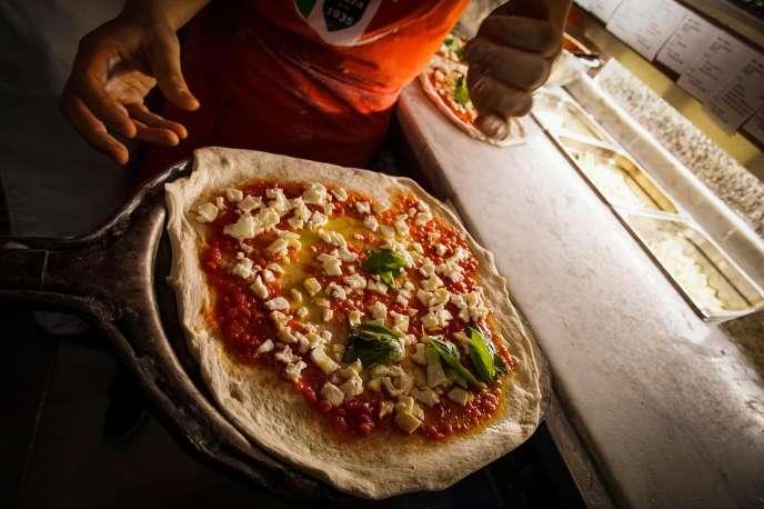 Un pizzaïolo prépare une pizza, le 7 décembre, à Naples.
