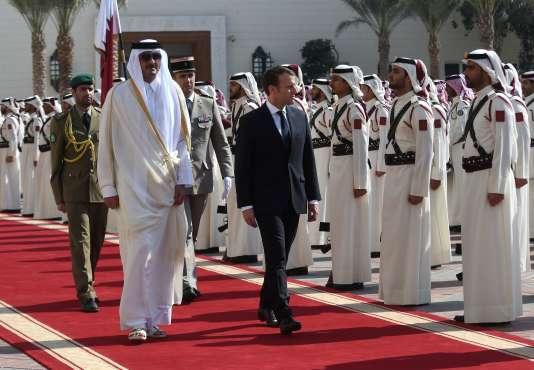 Emmanuel Macron, aux côtés du cheikh Tamim ben Hamad Al-Thani, le 7 décembre à Doha.