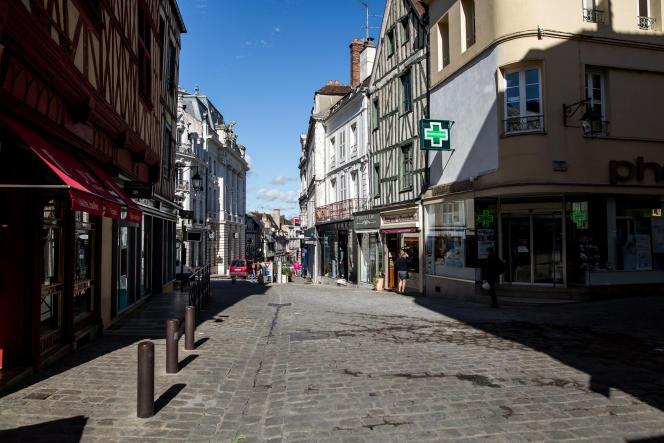 Le centre-ville d'Auxerre, le 11 octobre : désertification commerciale et économique, fermeture de petits commerces et magasins de proximité.