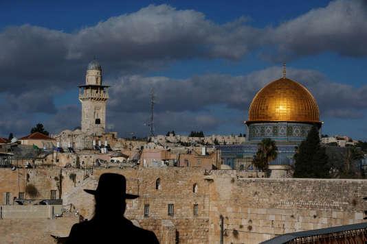 La vieille ville de Jérusalem rassemble des lieux de pèlerinage des trois grandes religions abrahamiques : judaïsme, christianisme et islam.