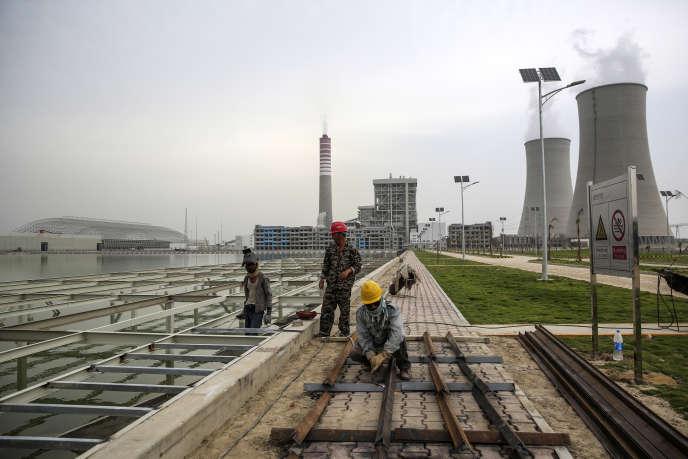 Des ouvriers travaillent sur un chantier de construction de la centrale à charbon de Sahiwal, propriété du groupe chinois Huaneng Shandong Rui Group, à Sahiwal, au Pendjab, au Pakistan, le mercredi 14 juin 2017.