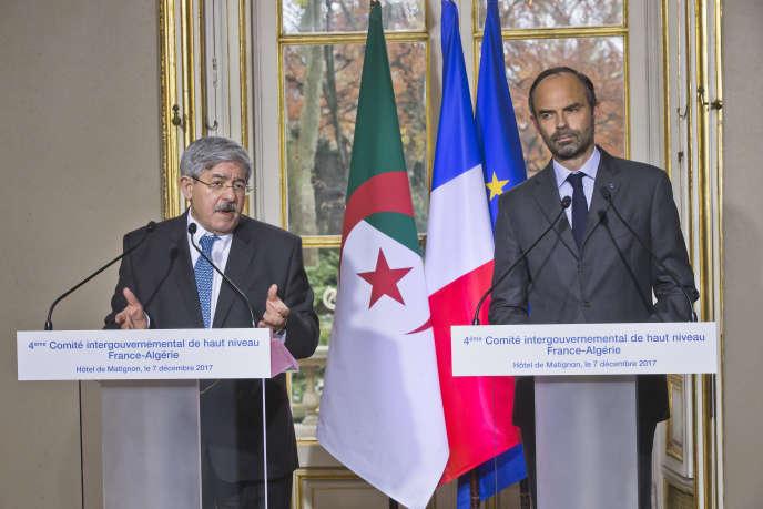 Le premier ministre algérien, Ahmed Ouyahia, à gauche, et son homologue français, Edouard Philippe, lors d'une conférence de presse à Paris, le 7 décembre 2017.