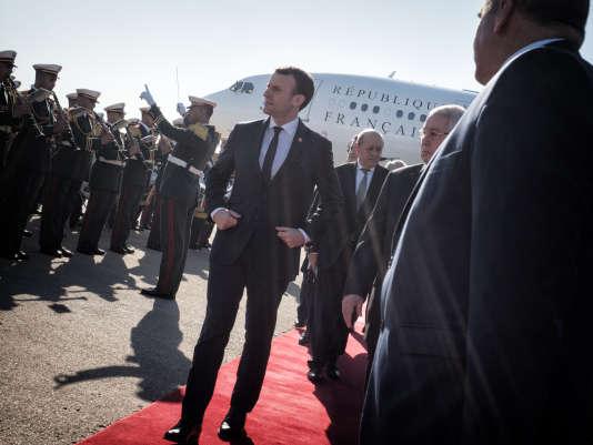 Emmanuel Macron, à son arrivée à l'aéroport d'Alger, le 6 décembre.