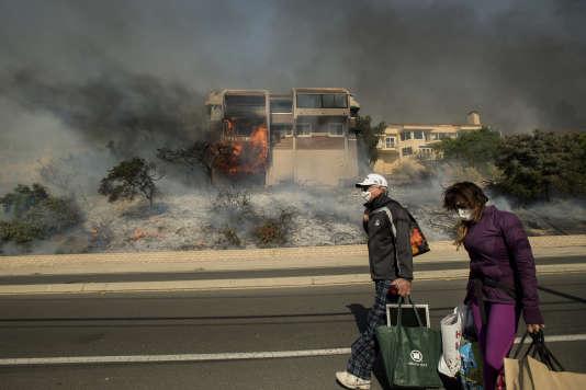 Des habitants évacuent leur domicile de Ventura (Californie), le 5 décembre.