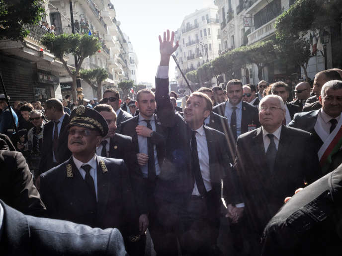 Le président de la République dans une rue d'Alger, le 6 décembre, lors de sa première visite en Algérie en tant que chef d'Etat.