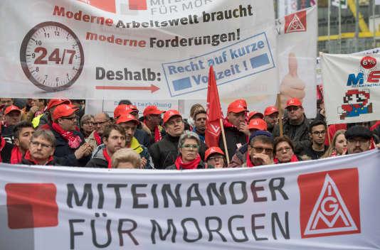 Manifestation du syndicat IG Metall, à Dortmund, en Allemagne, le 16 novembre, dans la ville allemande de Dortmund, le 16 novembre.