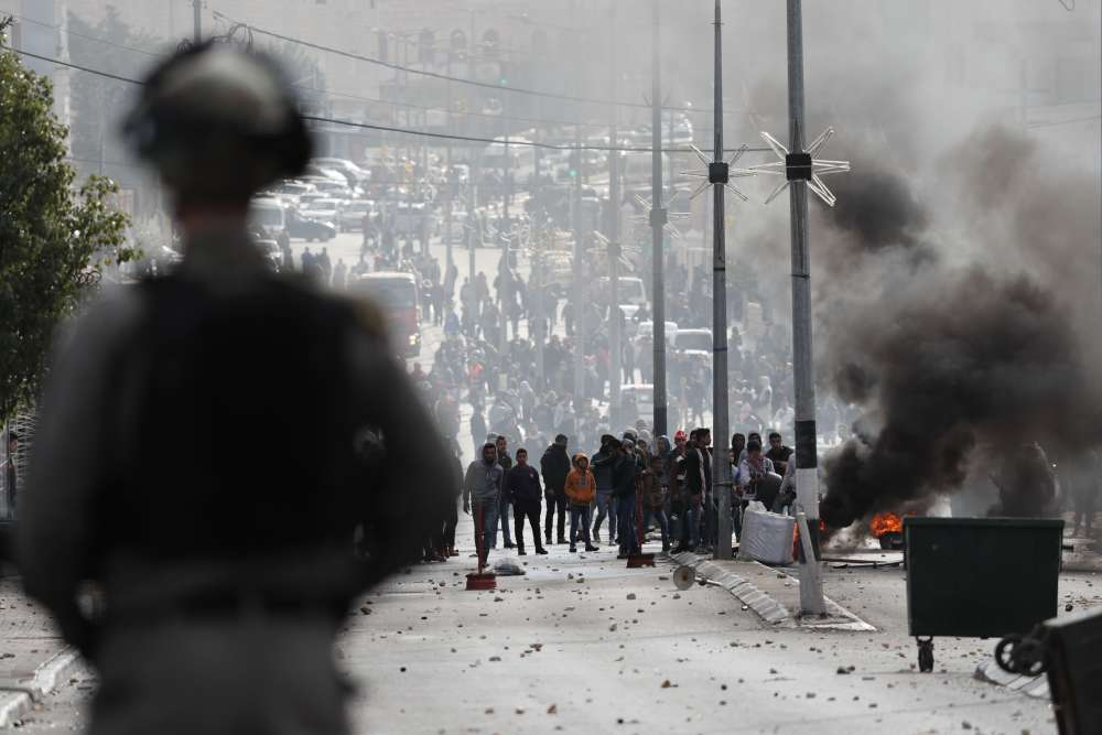 Une manifestation à Ramallah, le 7 décembre. Au moins dix-sept personnes ont été blessées dans les rangs de manifestants palestiniens en Cisjordanie occupée et dans la bande de Gaza, lors de heurts qui les ont opposés à des soldats israéliens, rapporte l'agence Reuters.