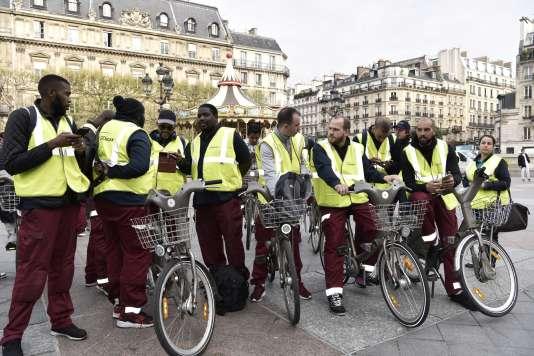 Des salariés de Cyclocity, filiale de JCDecaux chargée du dispositif de vélos en libre-service Vélib', protestent, le 4 avril 2017 devant l'Hôtel de ville de Paris, contre la décision de la métropole de Paris de sélectionner un nouveau fournisseur de services.