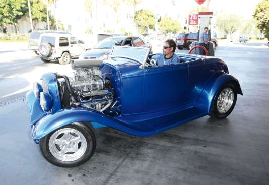 Au volant du Hot Rod spécialement réalisé pour lui en 2008, à Beverly Hills.