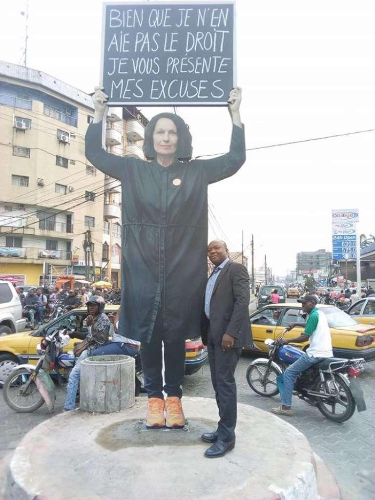 Le haut de l'œuvre de Sylvie Blocher le 7 décembre 2017 à Douala.