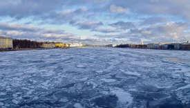 La Neva prise dans les glaces, à Saint-Pétersbourg.