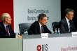 Le président de la Banque centrale européenne, Mario Draghi, entouré du président du Comité de Bâle,Stefan Ingves (à gauche),et du secrétaire général duComité de Bâle,William Coen, à Francfort, le 7 décembre.