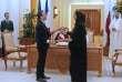 L'ambassadeur de France au Qatar, Eric Chevallier, etSheikha Hind bint Hamad al-Thani, la présidente de la Qatar Foundation, échangent les textes des accords billatéraux durant la visite d'Emmanuel Macron à Doha le 7 décembre.
