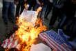 Des manifestants palestiniens brûlent un portrait du président Trump et un drapeau américain lors d'une manifestation, à Gaza le 7 décembre.Le président français, Emmanuel Macron, a jugé «regrettable» la décision de Donald Trump et a appelé à «éviter à tout prix les violences».