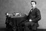 Edison et son prototype de phonographe à cylindres. L'enregistrement et l'écoute se font en tendant l'oreille près de la tête à membrane vibrante.