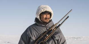 Le capitaine local de la chasse à la baleine de Kotzebue, Reppi Swan Sr, à la recherche de pistes ouvertes pour la chasse à la baleine.