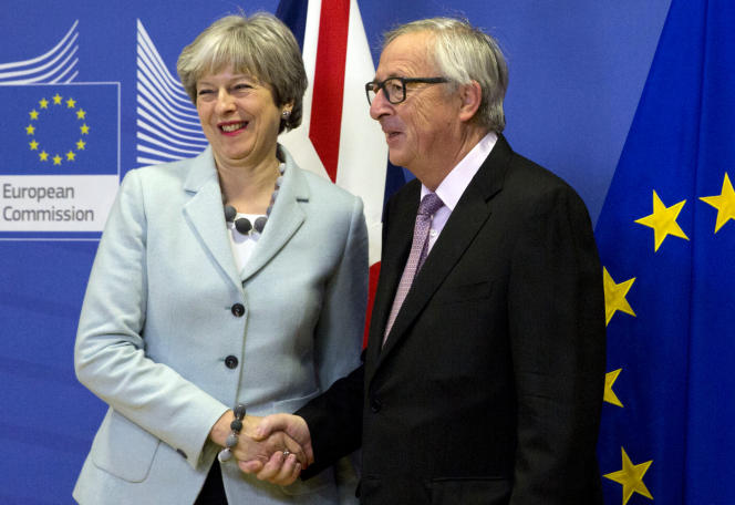 La première ministre britannique, Theresa May, aux côtés du président de la Commission, Jean-Claude Juncker, le 8 décembre à Bruxelles.