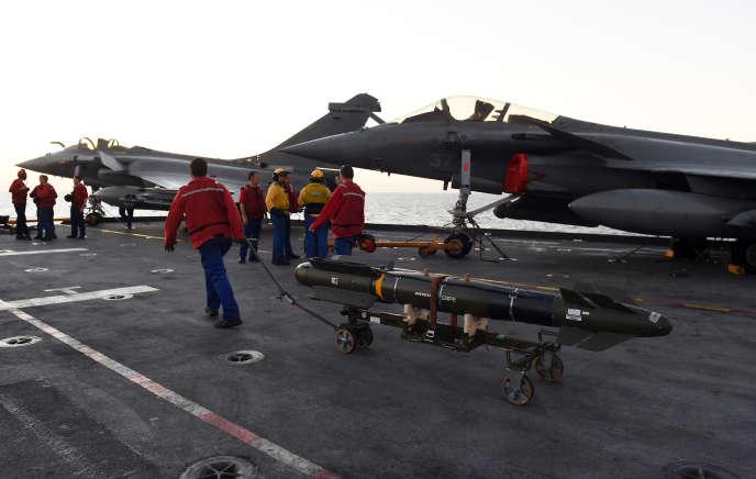 La marine française installe une bombe sur un Rafale à bord du porte-avions «Charles-de-Gaulle», en novembre 2015, dans le cadre de l'opération« Chammal».