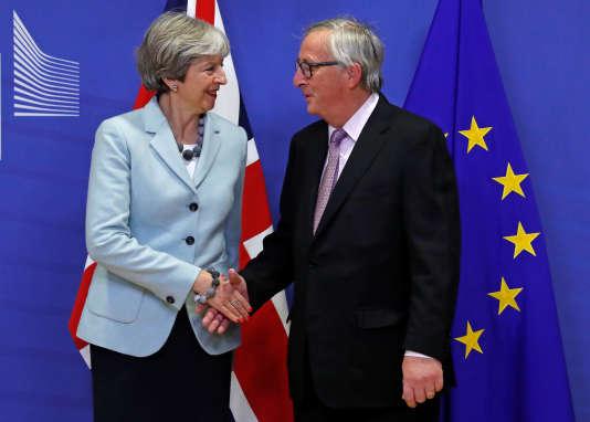 La première ministre britannique, Theresa May, et le président de la Commision européenne, Jean-Claude Juncker, à Bruxelles le 8 décembre.