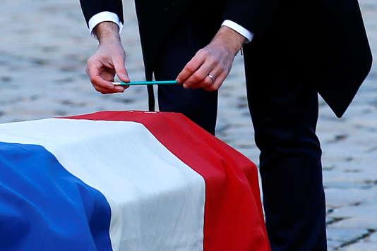 Au terme de son discours vendredi, le président est allé déposer sur le cercueil de l'académicien, « un simple crayon » à papier, comme le souhaitait Jean d'Ormesson.