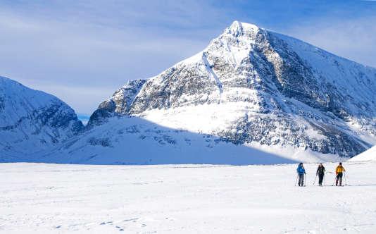 Ski nordique dans le grand désert blanc suédois.