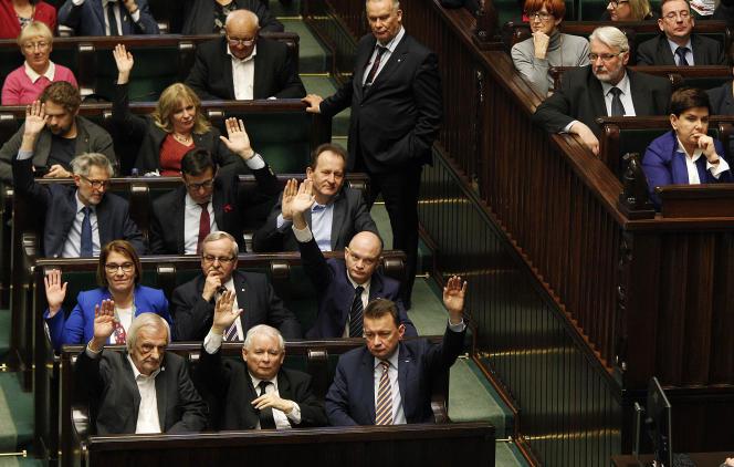 Jaroslaw Kaczynski (au premier rang, au centre), président du parti Droit et justice, lors du vote de la loi réformant la Cour suprême, le 8 décembre, au Parlement polonais, à Varsovie.