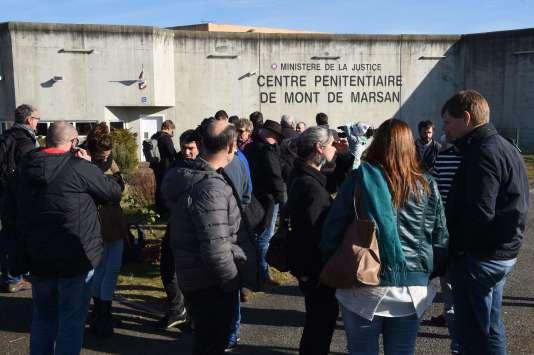 Des militants devant la prison de Mont-de-Marsan, le 16 novembre, première étape d'un tour de France des prisons qui s'achève à Paris.