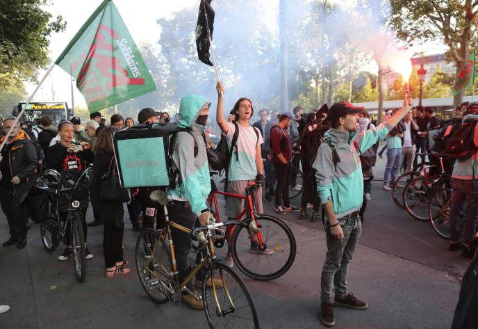 Des livreurs Deliveroo manifestent sur la place la République, à Paris, le 11 août.
