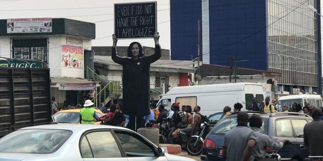 Installationde Sylvie Blocher, le 6 décembre 2017, à Douala. Celle-ci a été détruite moins de vingt-quatre heures après son érection par le militantAndré Blaise Essama.