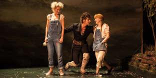 Véronique Vella, qui signe la mise en scène du «Cerf et le Chien», en Delphine, et Elsa Lepoivre, en Marinette, entourent Elliot Jenicot, irrésistible en cerf rocker.