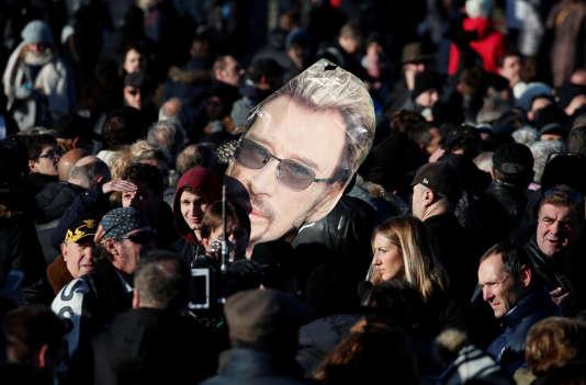 Hommage au chanteur Johnny Hallyday sur les Champs-Elysées, le 9 décembre 2017.