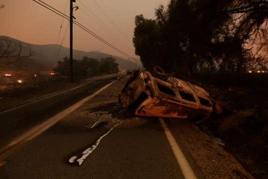La carcasse calcinée d'un voiture accidentée, près de Santa Paula, dans le comté de Ventura, le 5 décembre.