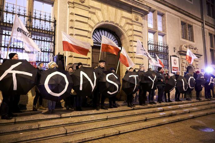 Des manifestants protestent contre la réforme de la justice devant le tribunal de Gdansk, en Pologne, le 8décembre 2017.