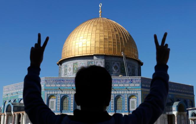 Un jeune Palestinien fait le V de la victoire, sur l'esplanade des Mosquées, à Jérusalem-Est, le 8 décembre.