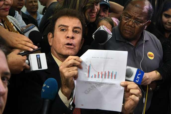 L'opposant Salvador Nasralla présente à la presse un document, pour attester de la fraude lors des élections du 26novembre.