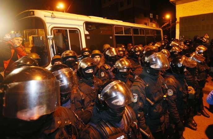 A Kiev, la police a dû faire barrage devant des militants pro-Saakachvili criant« honte» après son arrestation.