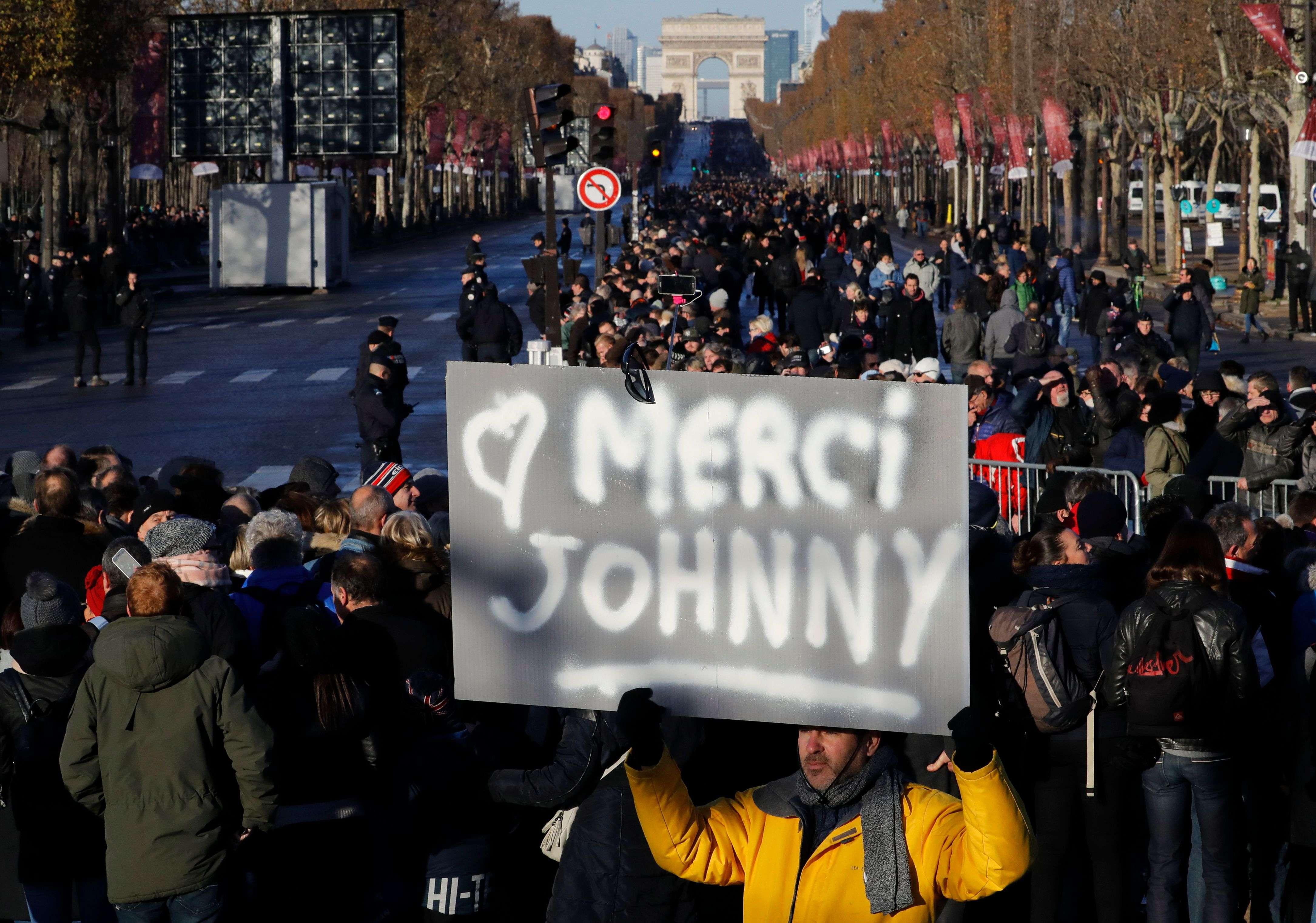 L'hommage populaire a commencé en haut des Champs-Elysées, place de l'Etoile, où s'étaient rassemblées des milliers de personnes.