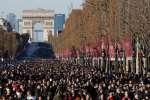 Plusieurs centaines de bikers et des milliers de fans et de curieux ont accompagné le cercueil blanc de Johnny Hallyday, le long de l'avenue des Champs-Elysées, le 9 décembre.
