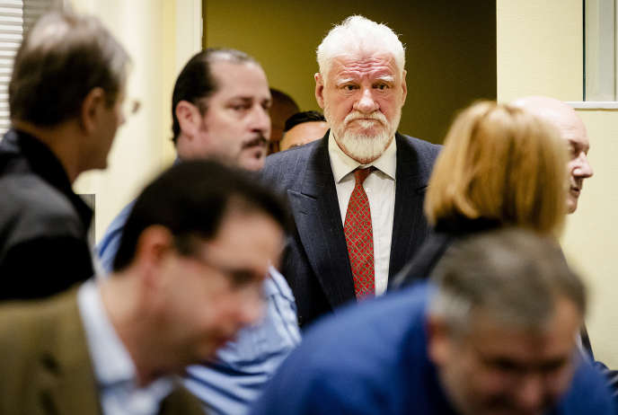 Slobodan Praljak entre dans la salle d'audience dutribunal internation pour l'ex-Yougoslavie le jour du verdict de son procès, le 29 novembre 2017.