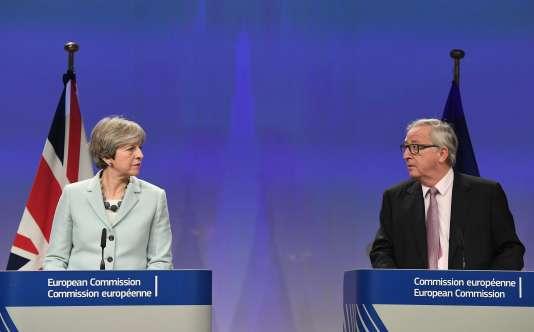 La première ministre britannique, Theresa May, et le président de la Commission européenne, Jean-Claude Juncker, lors d'une conférence de presse vendredi 8 décembre, à Bruxelles, après l'accord trouvé au terme de la première phase des négociations de retrait de la Grande-Bretagne de l'UE.