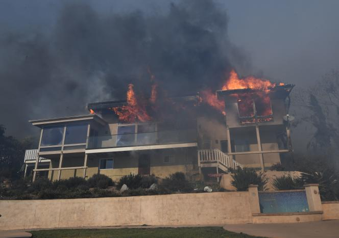 Une maison brûle dans un quartier de Ventura, le 5 décembre.
