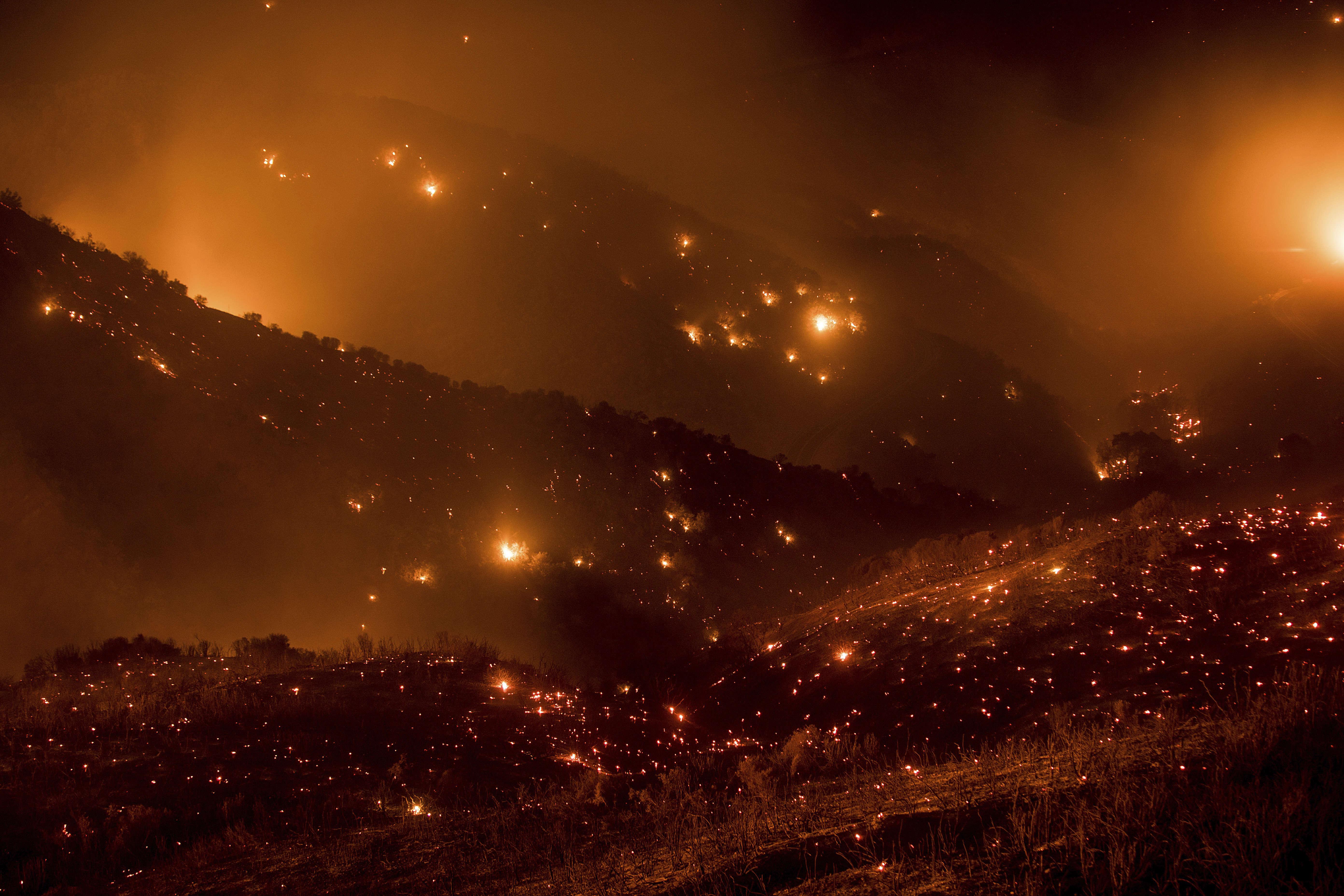 L'évacuation des zones les plus proches des bois de Los Padres a commencé dès vendredi, avant d'être levée samedi pour certains quartiers.