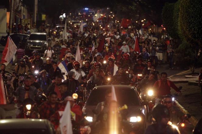 Les manifestants dénoncent des fraudes lors de l'élection présidentielle gagnée de justesse par Juan Orlando Hernandez, le président sortant.