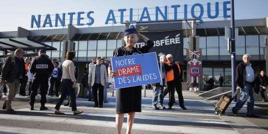 Le 14 octobre, lors d'une manifestation contre le projet de Notre-Dame-des-Landes, devant l'aéroport Nantes-Atlantique.