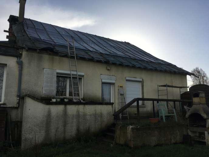 Depuis quatre ans, une bâche fait office de toit sur un versant de la maison de Nathalie.
